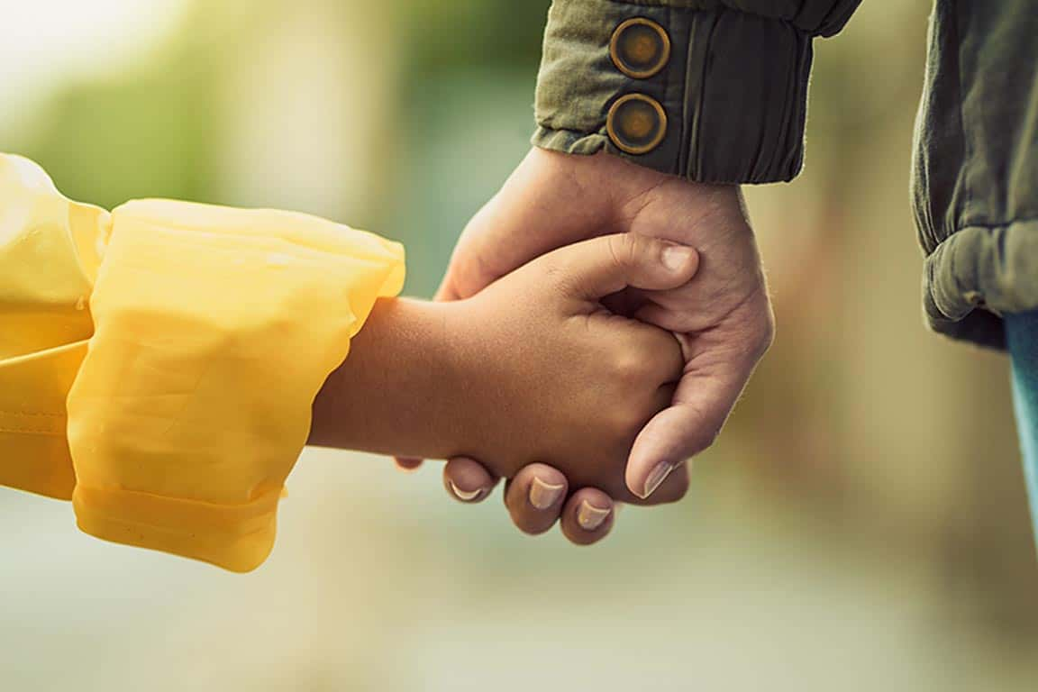 Criança mão dada